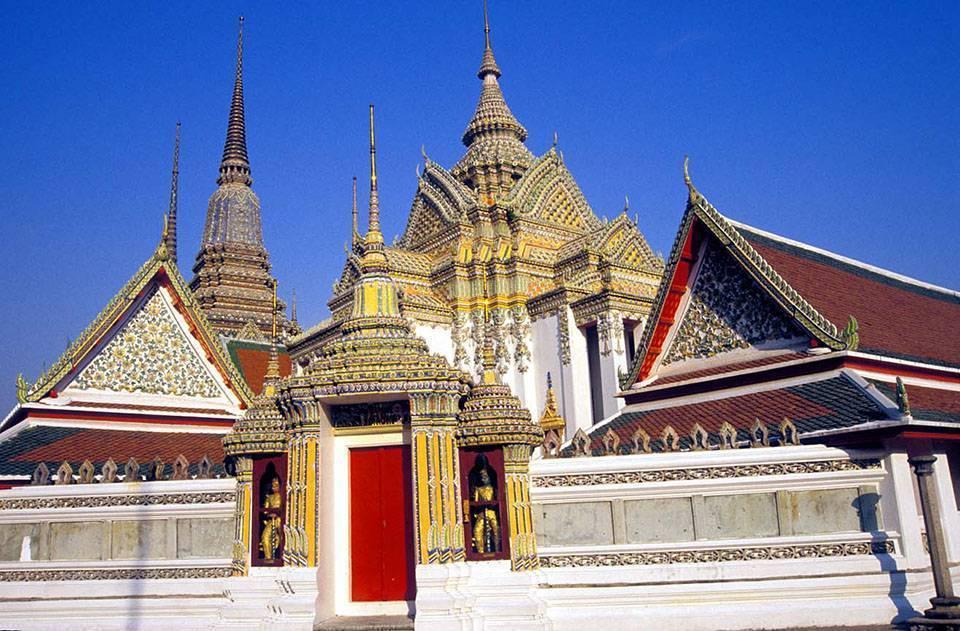 Храм лежащего будды в центре бангкока